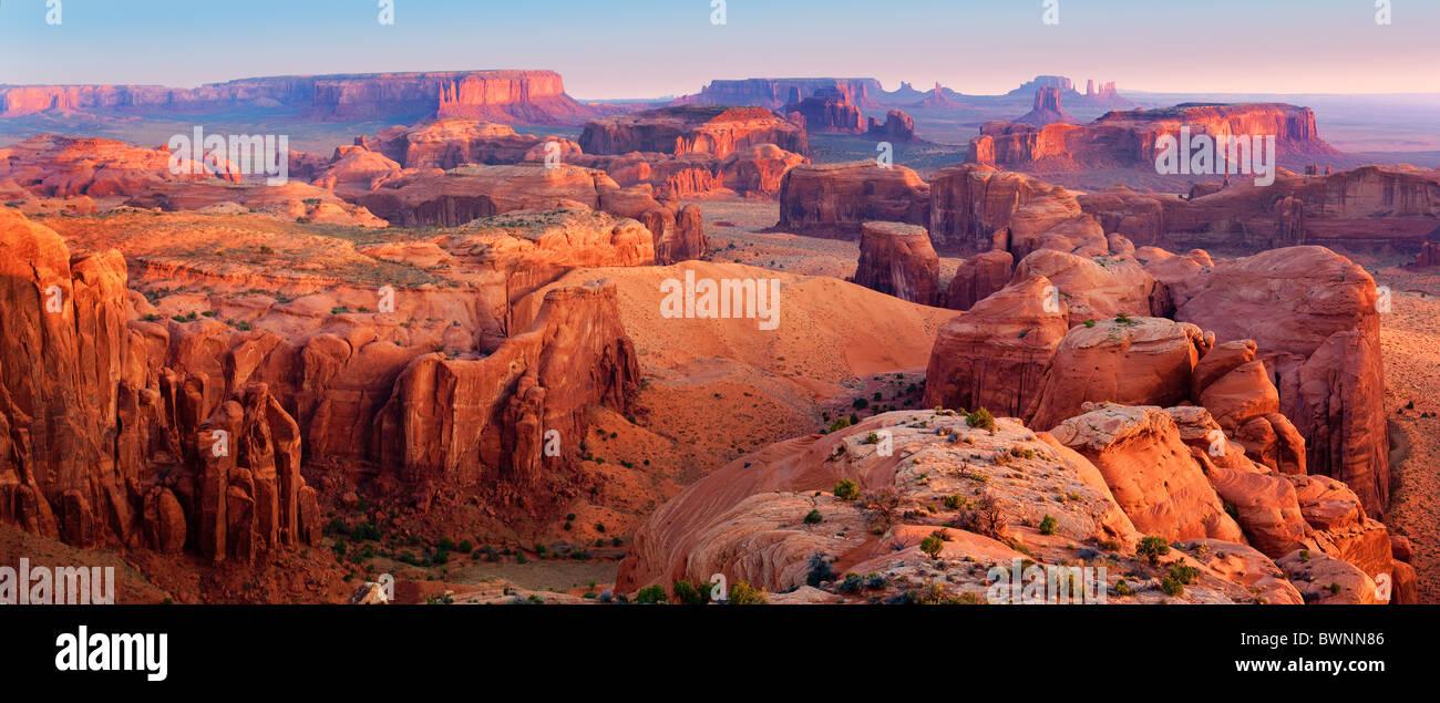 Prima luce su Monument Valley dalla cima di Hunt Mesa Foto Stock