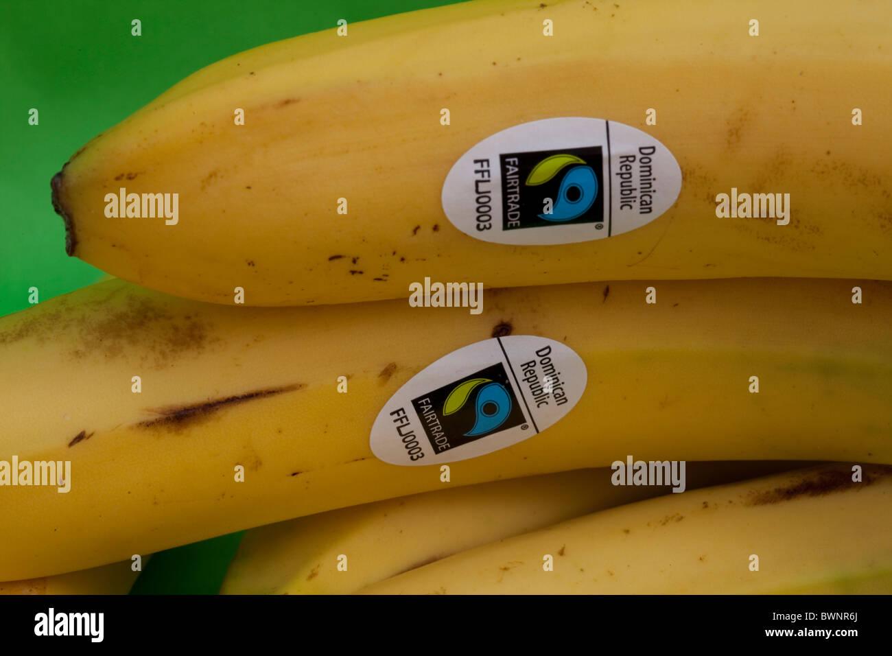 Il commercio equo e solidale etichetta adesiva sulla Repubblica Dominicana banane Immagini Stock