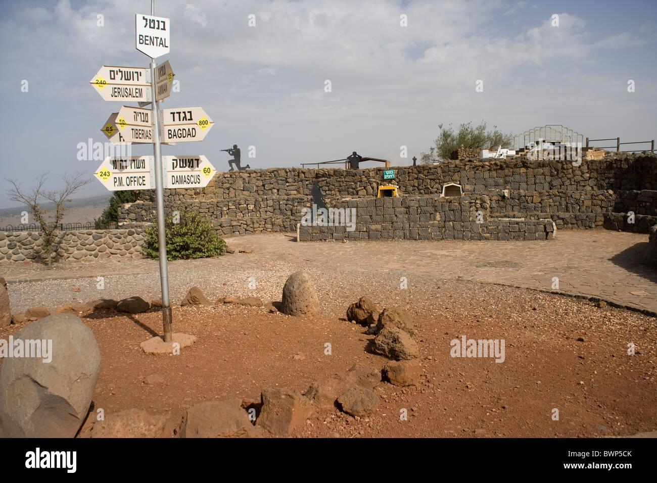 Segno sulla sommità del monte Bental Riserva naturale sulle alture del Golan sito di un esercito israeliano bunker Foto Stock