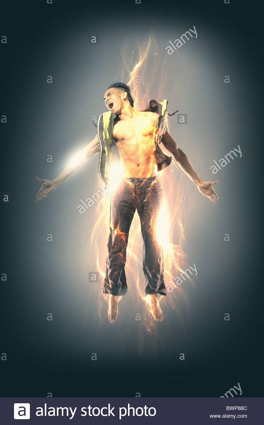 Uomo eccitato incandescente con elettricità Immagini Stock