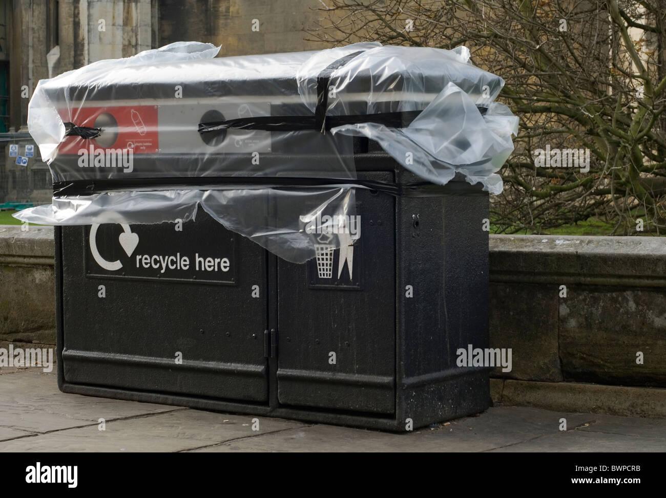 Un contenitore di riciclaggio coperti da plastica dalle forze di sicurezza in anticipo di una visita a Cambridge Immagini Stock