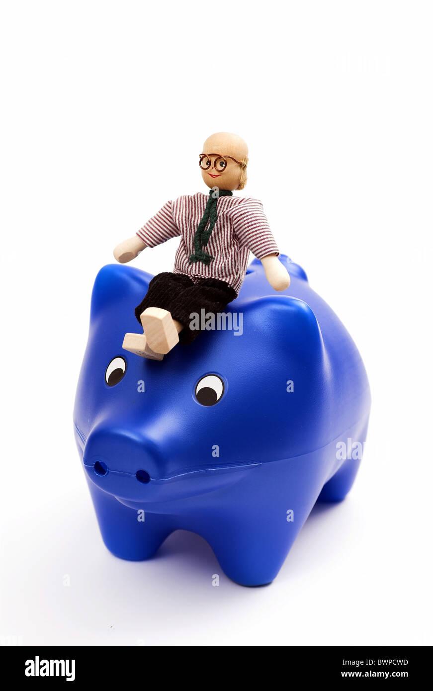 Salvataggio di uomo figura simbolo concetto Piggybank salvadanaio Blue Studio della pensione di anzianità a Immagini Stock