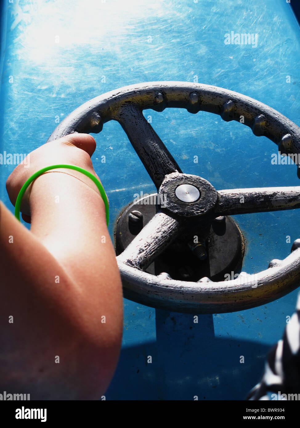 Childs mano sulla barca volante Immagini Stock