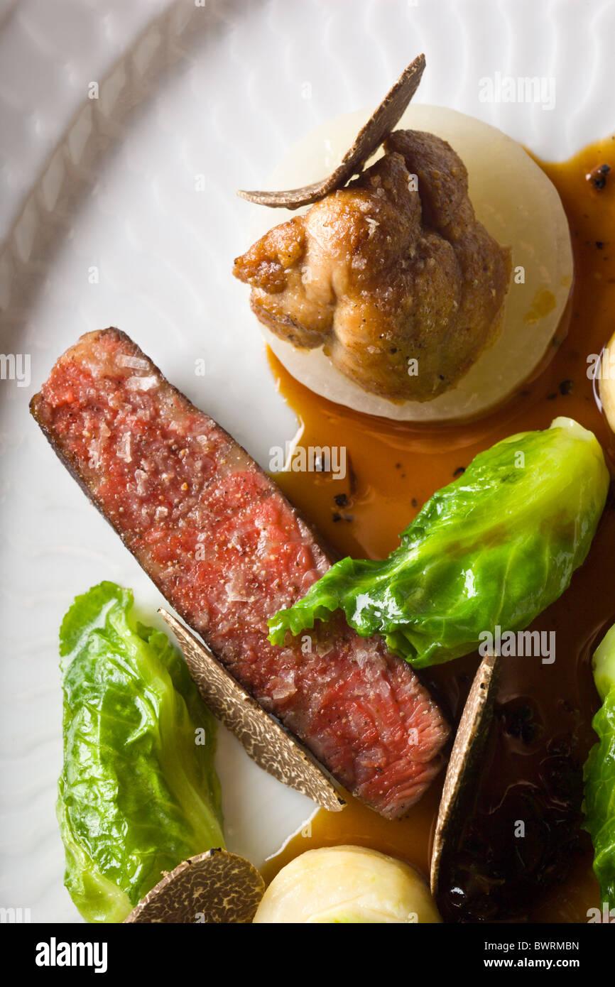 Carni bovine danesi con sedano, piccoli cavoli cappucci e verzotti di animelle e tartufo nero preparato da Kristian Meller e Rune Jochumsenat, chef Foto Stock