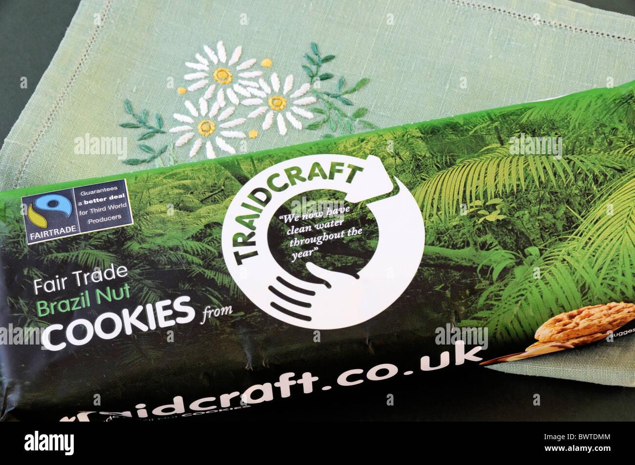 Pacchetto di Traidcraft il commercio equo e solidale in Brasile il dado i cookie Immagini Stock