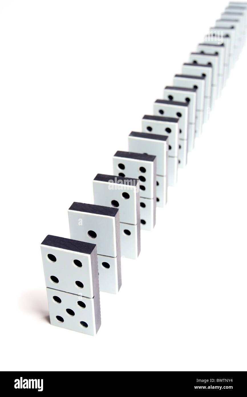 Pezzi di Domino linea su sfondo bianco Immagini Stock