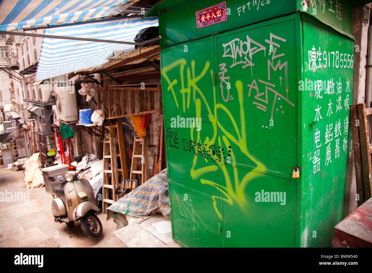Gage strada del mercato di Hong Kong city, ruvida strada laterale con graffiti su lock-up Immagini Stock