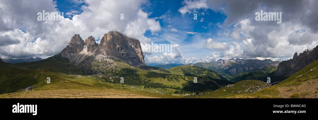 Italia Europa Passo di Sella Sassolungo Trentino estate sulle montagne delle Alpi paesaggio paesaggio nuvole Dolomiti Immagini Stock