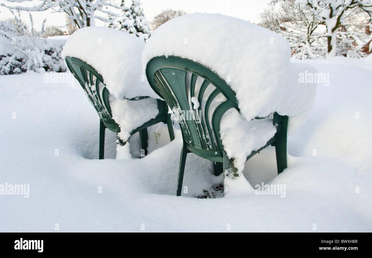 Sedie Verdi Di Plastica.Due Verdi In Plastica Sedie Da Giardino Ricoperto Di Neve Foto