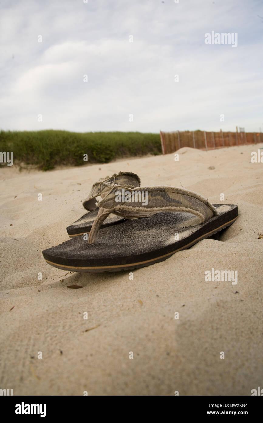 Il flip flop nella sabbia sulla spiaggia Immagini Stock