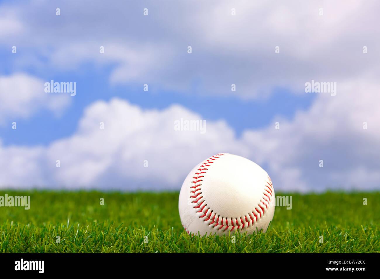 Foto di un baseball su erba con lo sfondo del cielo. Immagini Stock