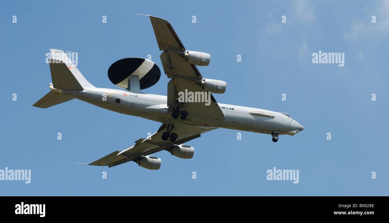 AWACS E-3F aereo attraverso il cielo visto da sotto con cielo blu sullo sfondo Immagini Stock