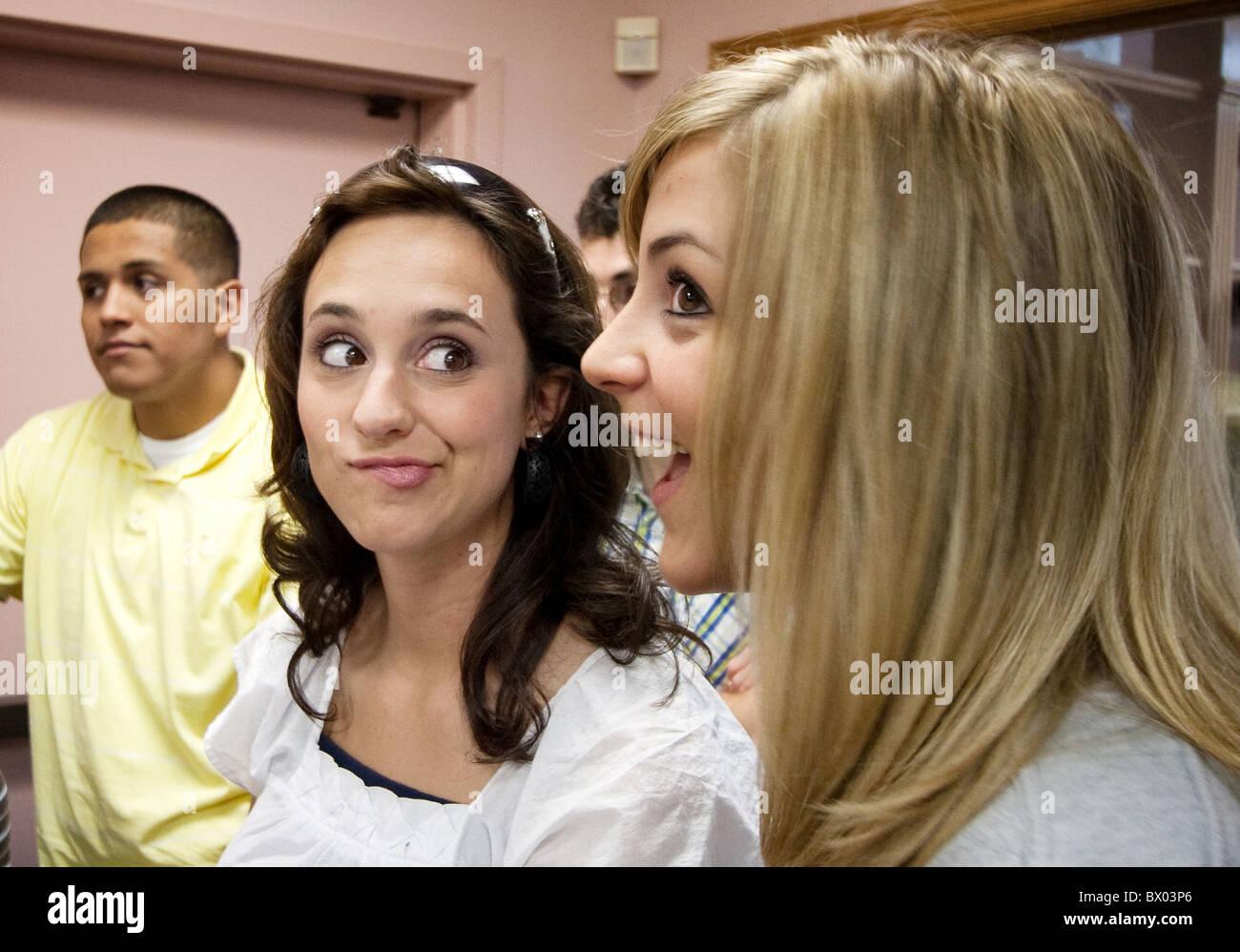 Sorelle guardarsi reciprocamente con divertenti espressioni. Immagini Stock