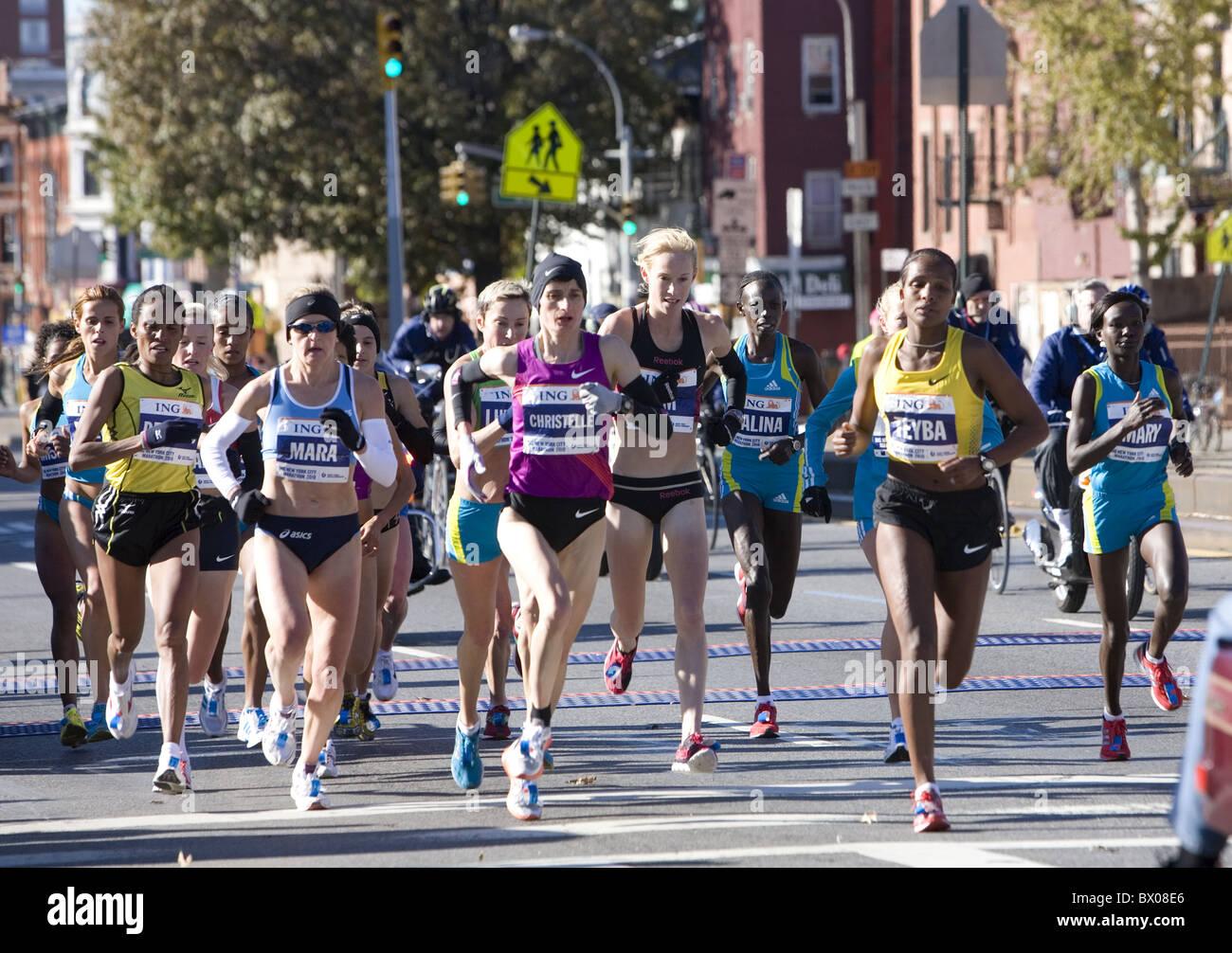 2010: Femmina front runners a 10K mark in New York City Marathon sulla quarta Avenue a Brooklyn. Immagini Stock