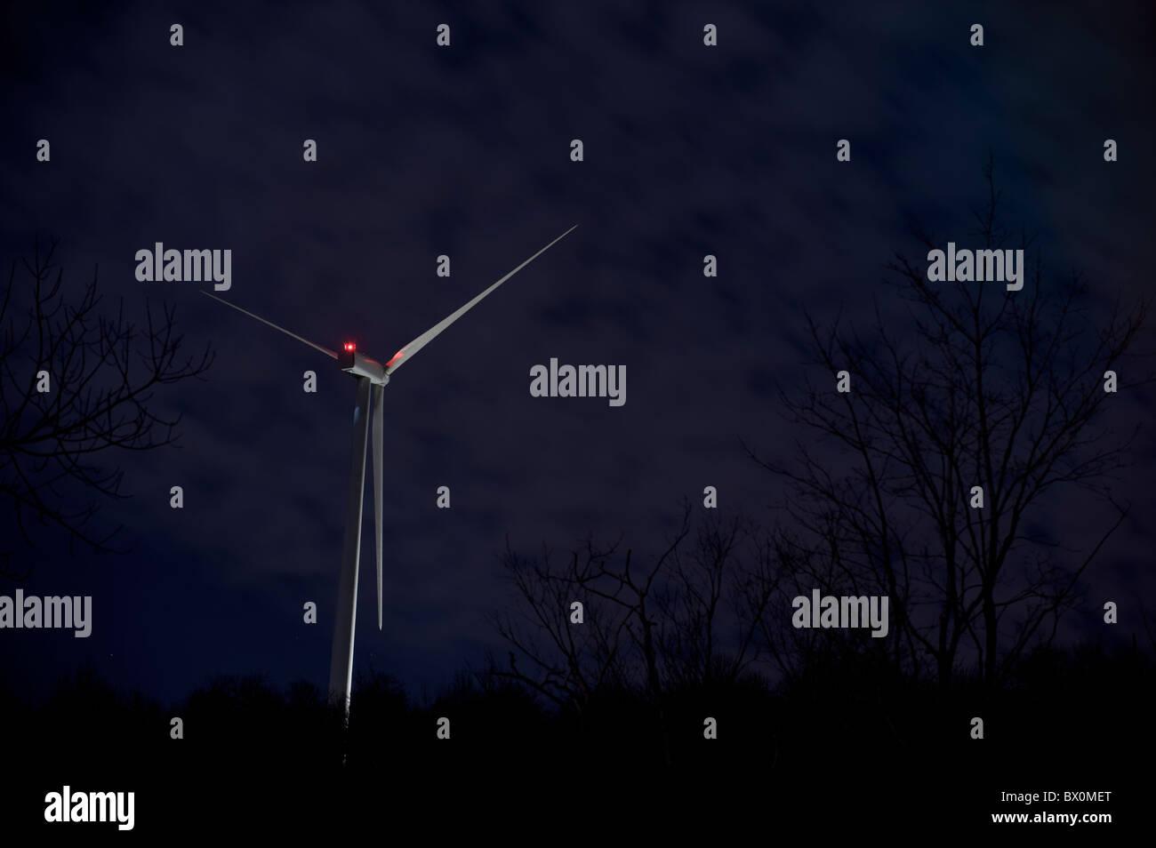 Energia eolica Turbina di Mulino a vento di notte con le stelle Immagini Stock