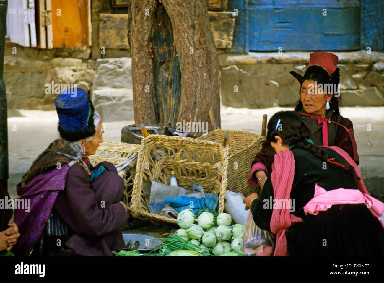 Ritratto di tre donne tibetane parlare insieme a un mercato, Ladakh, India. Immagini Stock