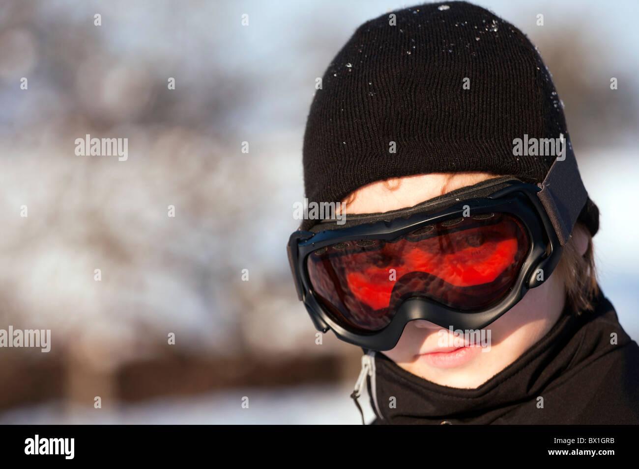 Primo piano del ragazzo con gli occhiali da sci. Immagini Stock