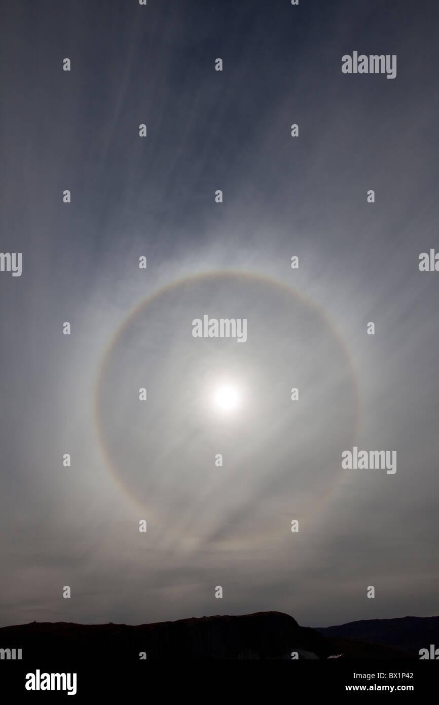 Sun anello / alone circolare / 22° alone causato da un tipo specifico di cristalli di ghiaccio, West-Greenland, Immagini Stock