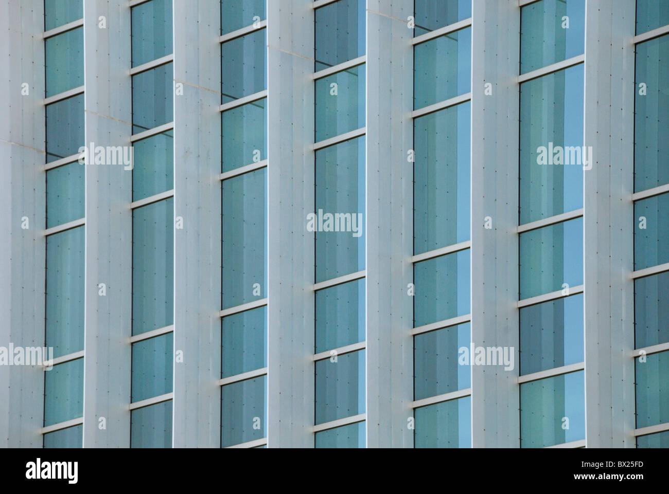 Finestre esterne di un moderno in acciaio e vetro ufficio commerciale edificio che riflette il cielo blu Immagini Stock