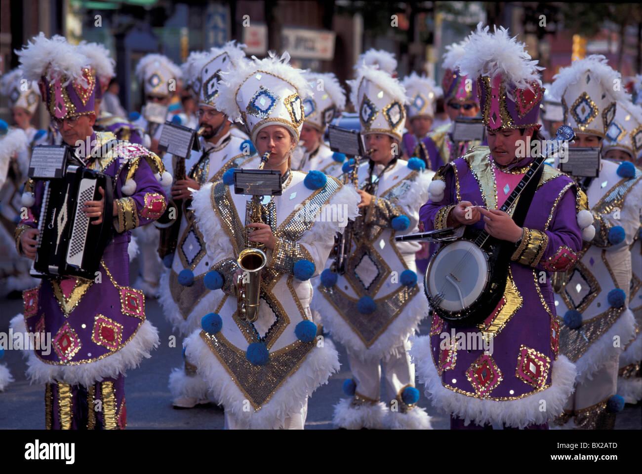 Marciando volume di nastro Marchingband delocalizzazione sposta musica musicista costumi celebrazione street parade Immagini Stock