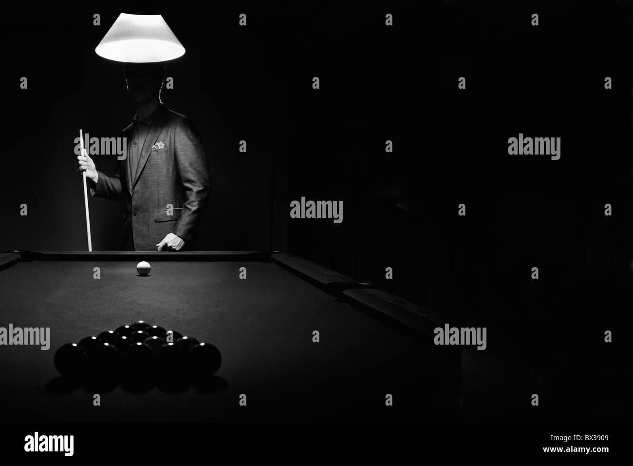 Mistero Piscina giocatore dietro cremagliera delle palle da biliardo Foto Stock
