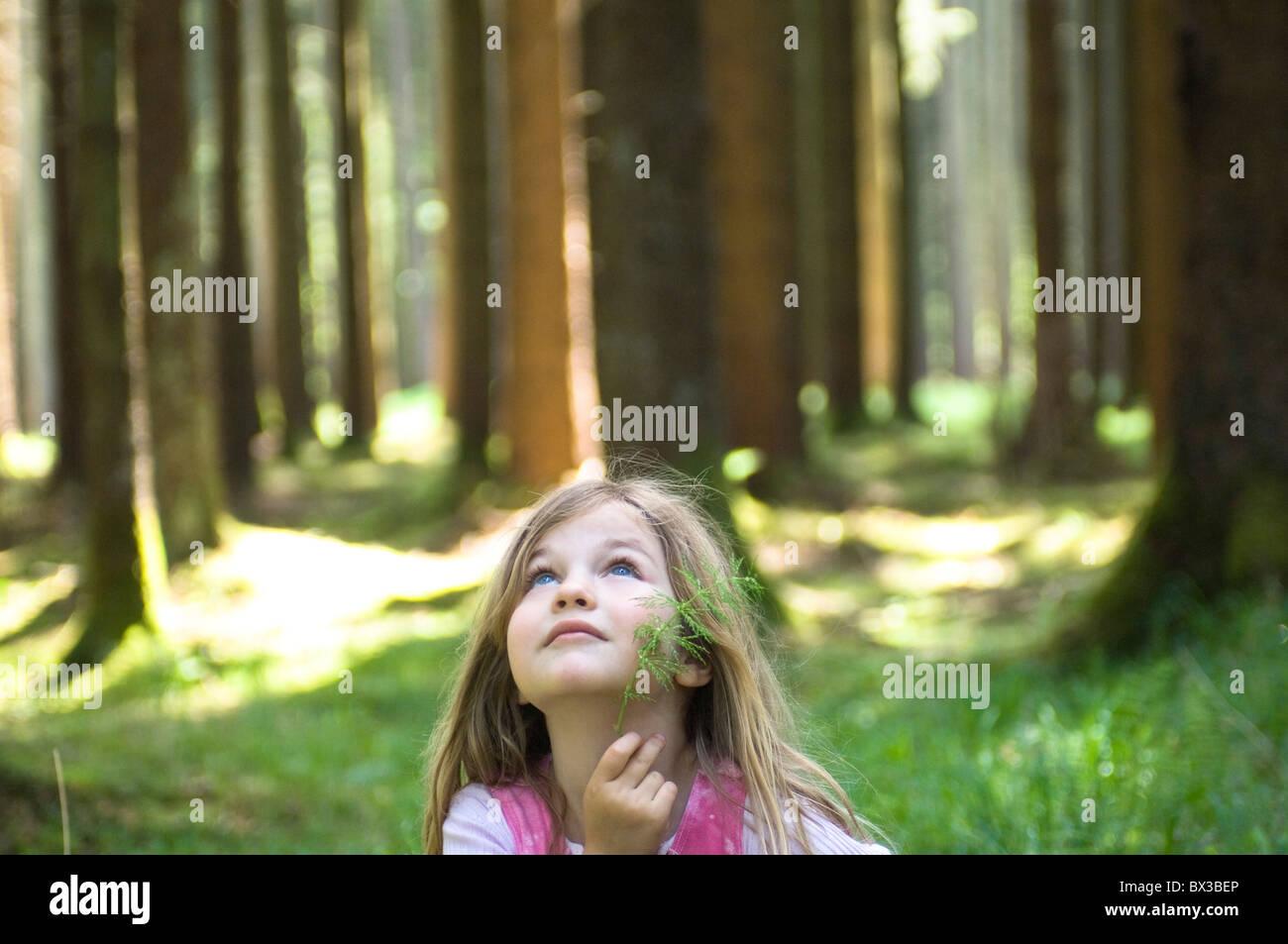Ritratto di giovane ragazza in piedi nella foresta Immagini Stock