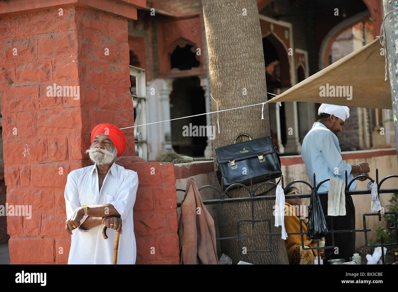 Un rajput uomo attendere con orgoglio per il bus in Ajmer, Rajasthan Immagini Stock