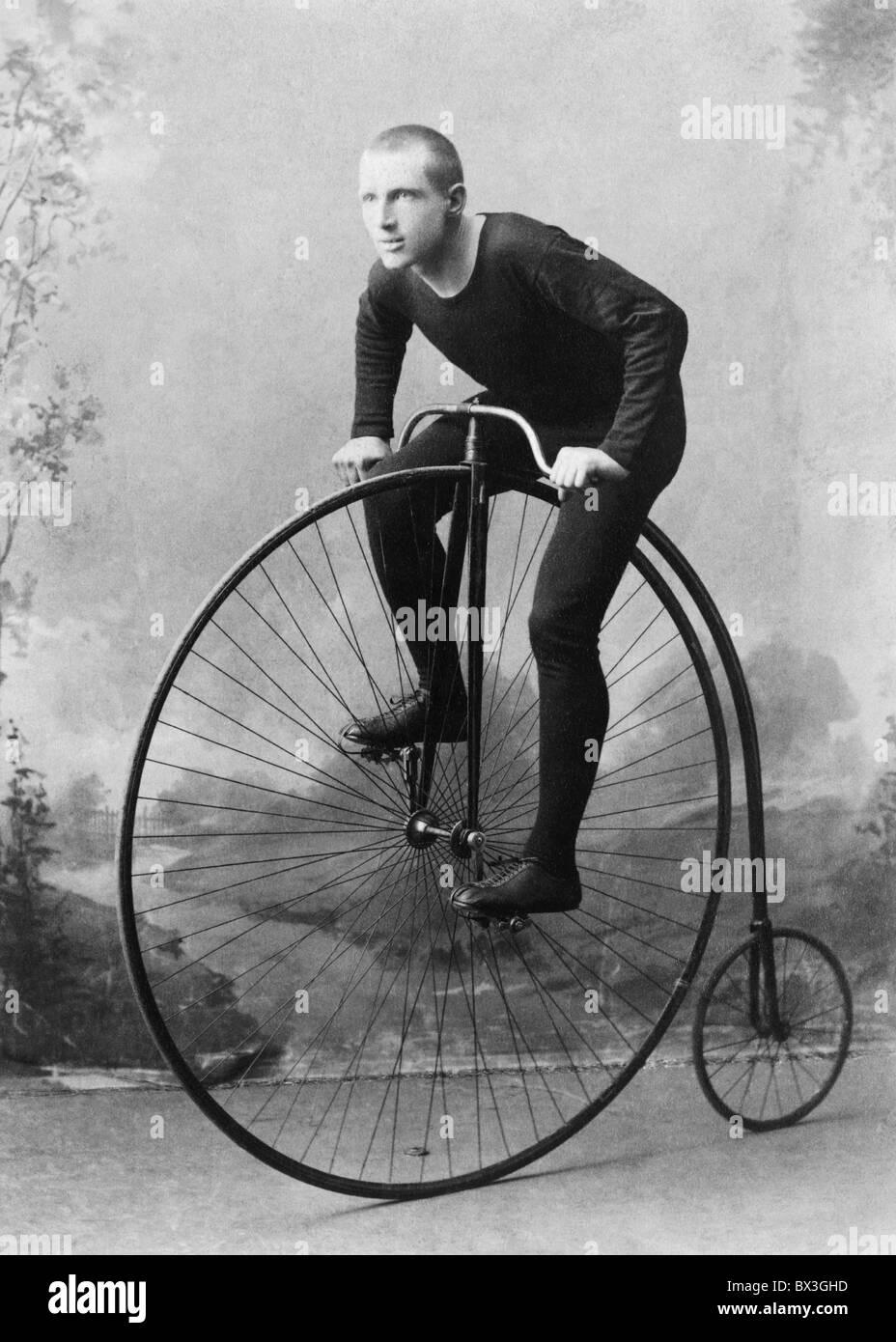 Vintage foto ritratto circa 1891 del Campione del Mondo ciclista William Walker Martin su un penny farthing bicicletta. Immagini Stock