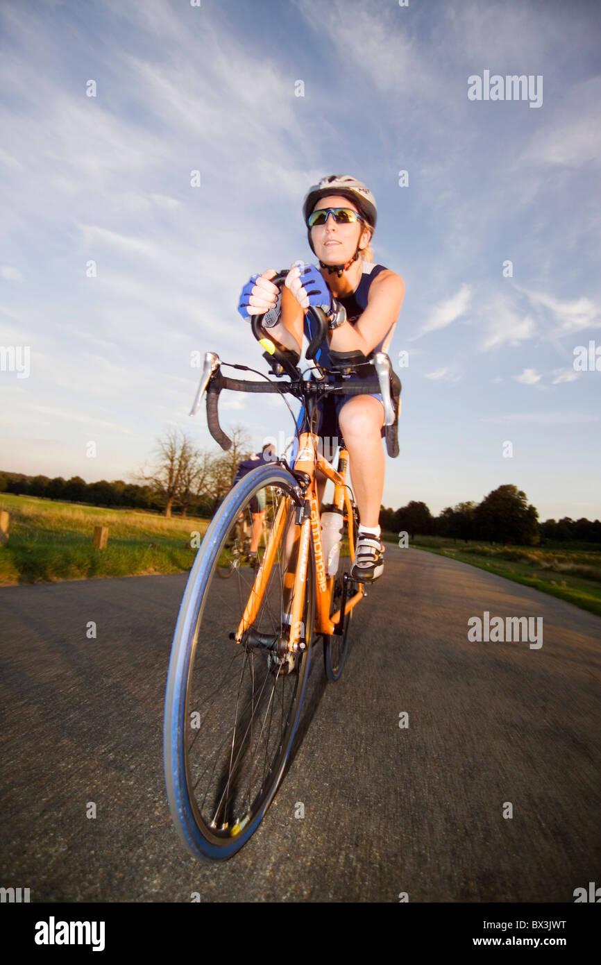 Ciclo racing pushbike bicicletta competere road race win distanza velocità tempo ritmo Casco Guanti lycra sho Immagini Stock