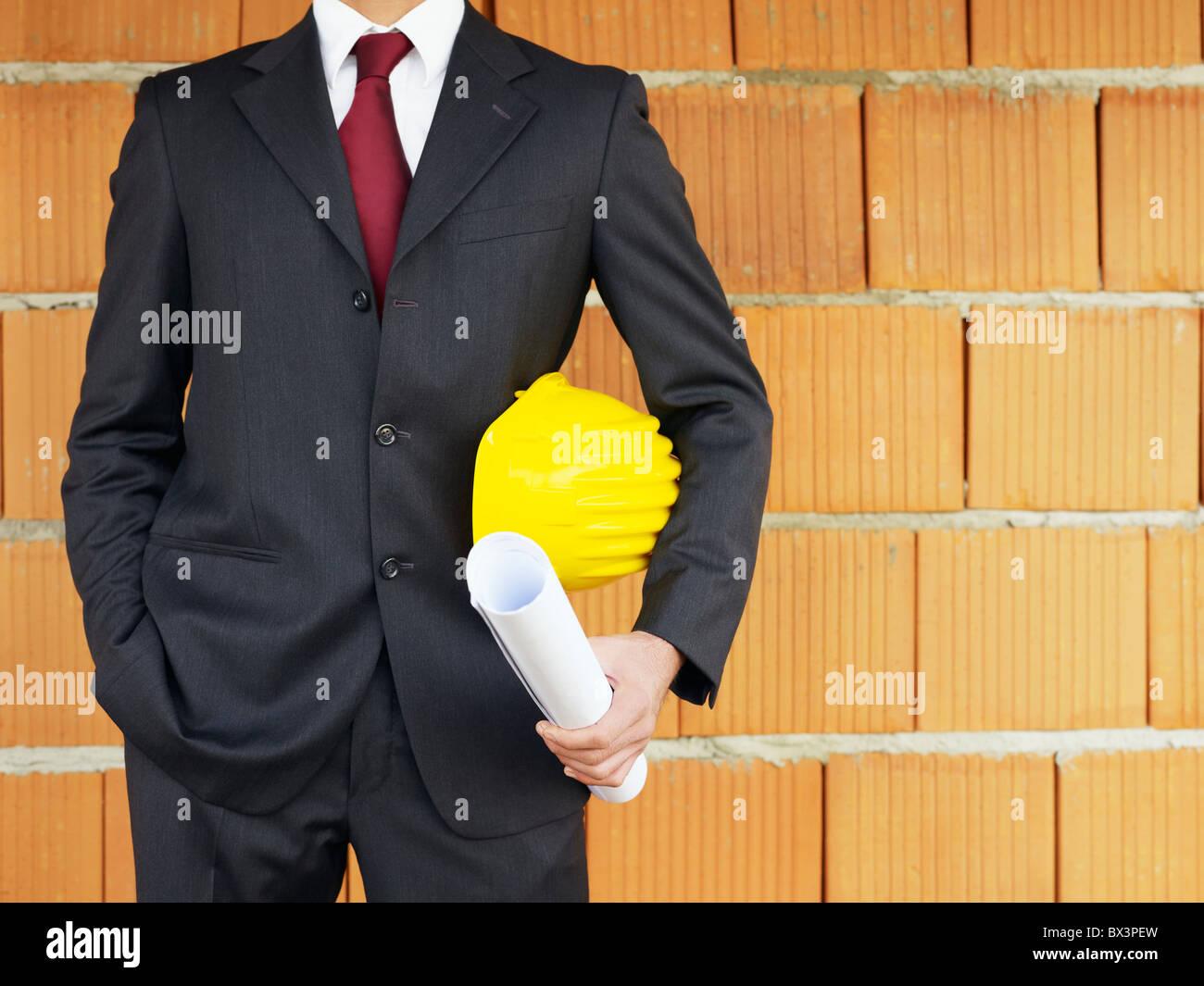 Architetto con le mani in tasca nel sito in costruzione Immagini Stock