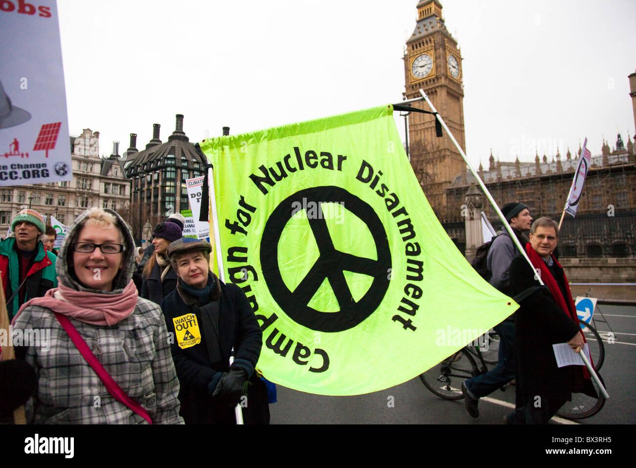 CND banner nella Westminster sul Cambiamento Climatico Marzo 2010, London, Regno Unito Immagini Stock