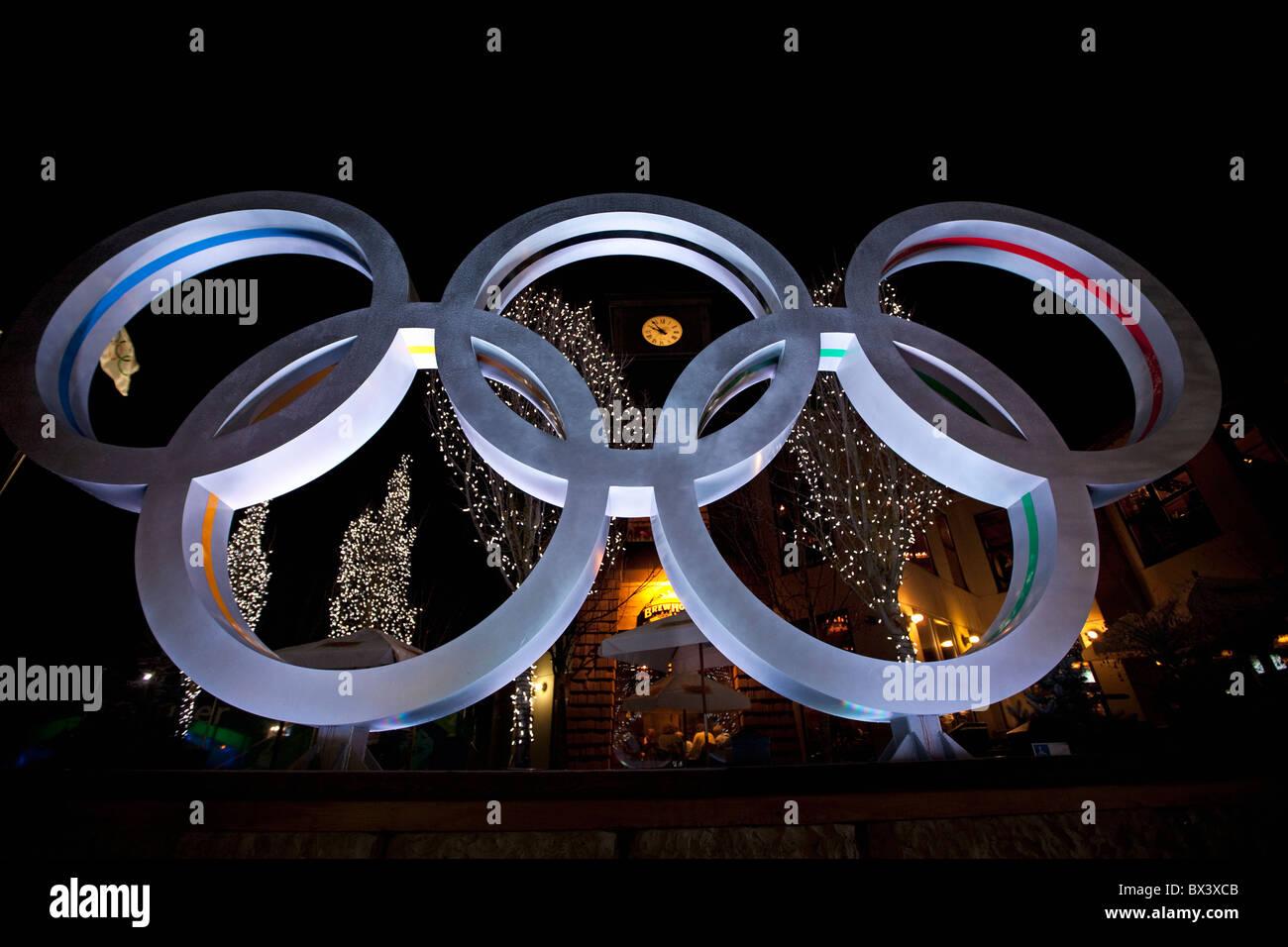 Invernali di Vancouver 2010; anelli olimpici; il villaggio di Whistler Immagini Stock