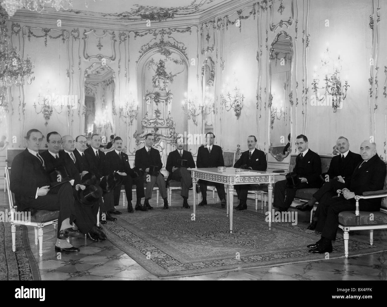 Praga il 24 gennaio 1938. Membri della nobiltà durante la visita al Castello di Praga. Da sinistra: Conteggio Immagini Stock