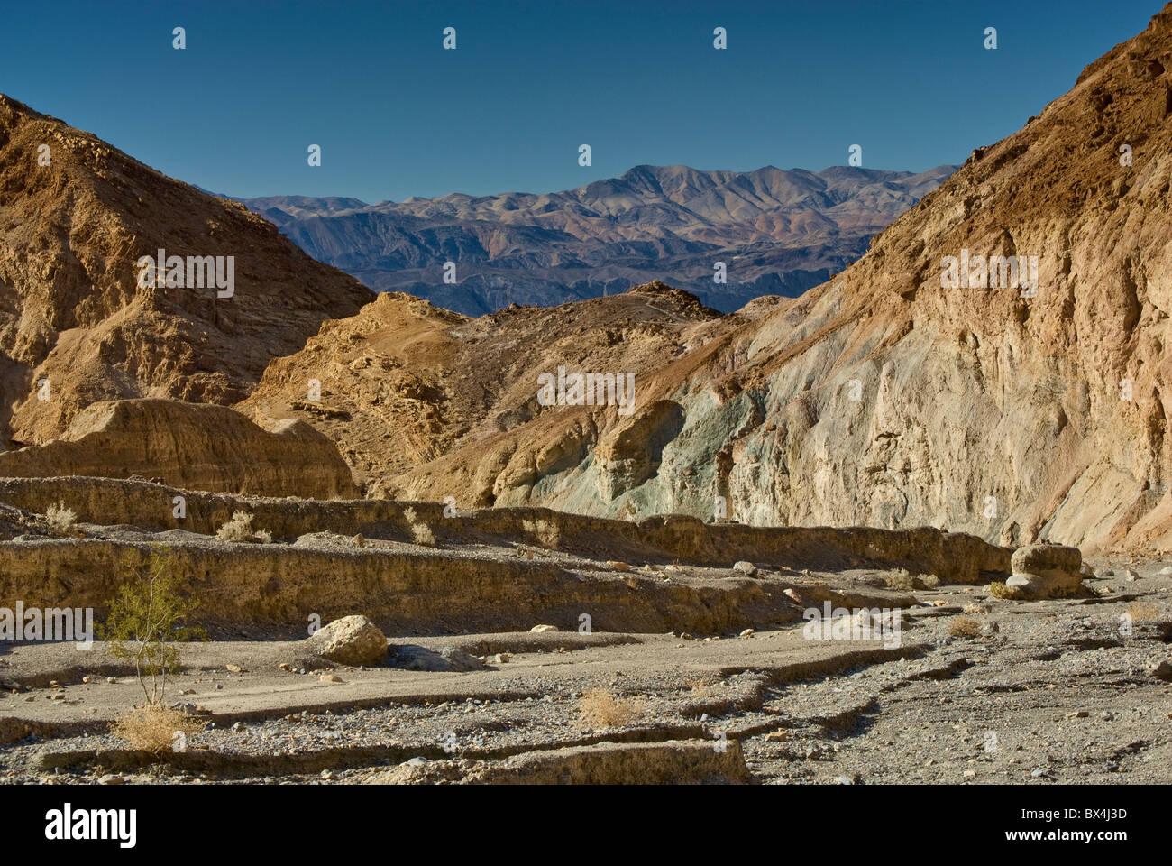 Canyon di mosaico, pioppi neri americani le montagne in distanza, Death Valley, California, Stati Uniti d'America Immagini Stock