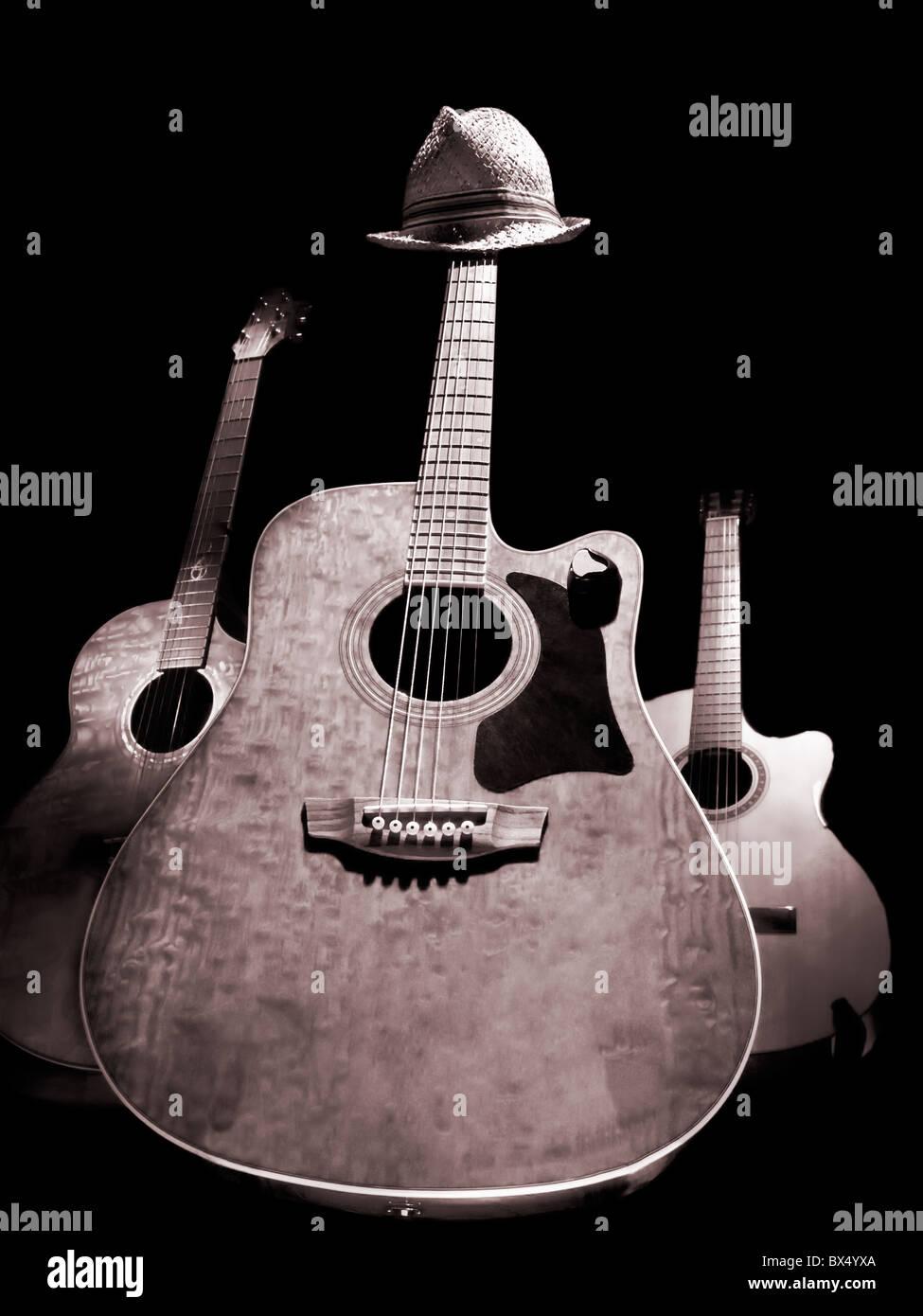 Tre Chitarre Acustiche Su Sfondo Nero Immagine In Bianco E Nero