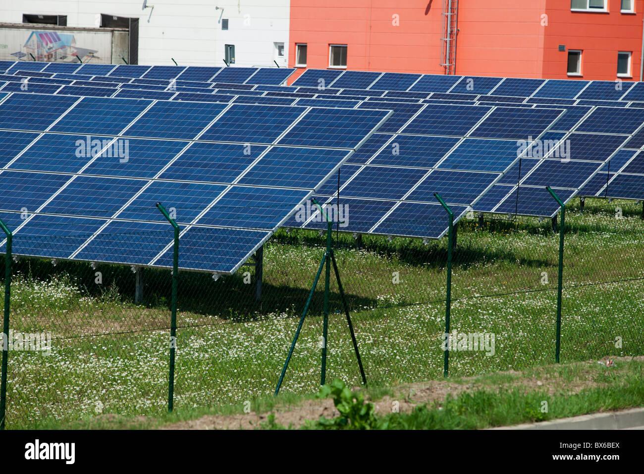 Pannelli solari, collezionisti, energia solare, energia solare power station in Litovel, Repubblica Ceca. Immagini Stock