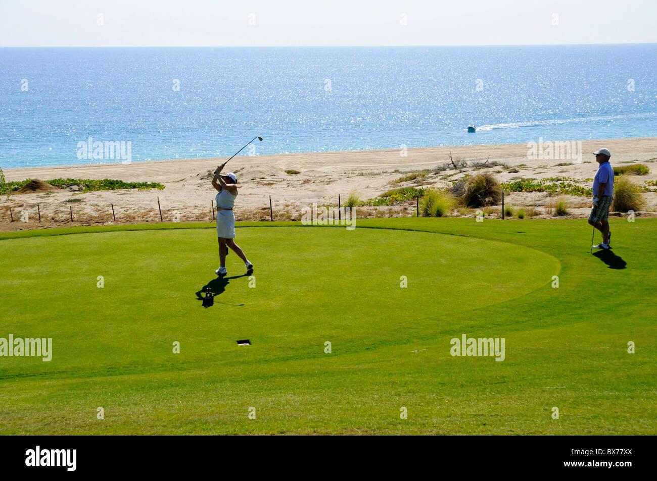 Giovane Giocando A Golf Lungo Loceano Pacifico A Puerto Los Cabo