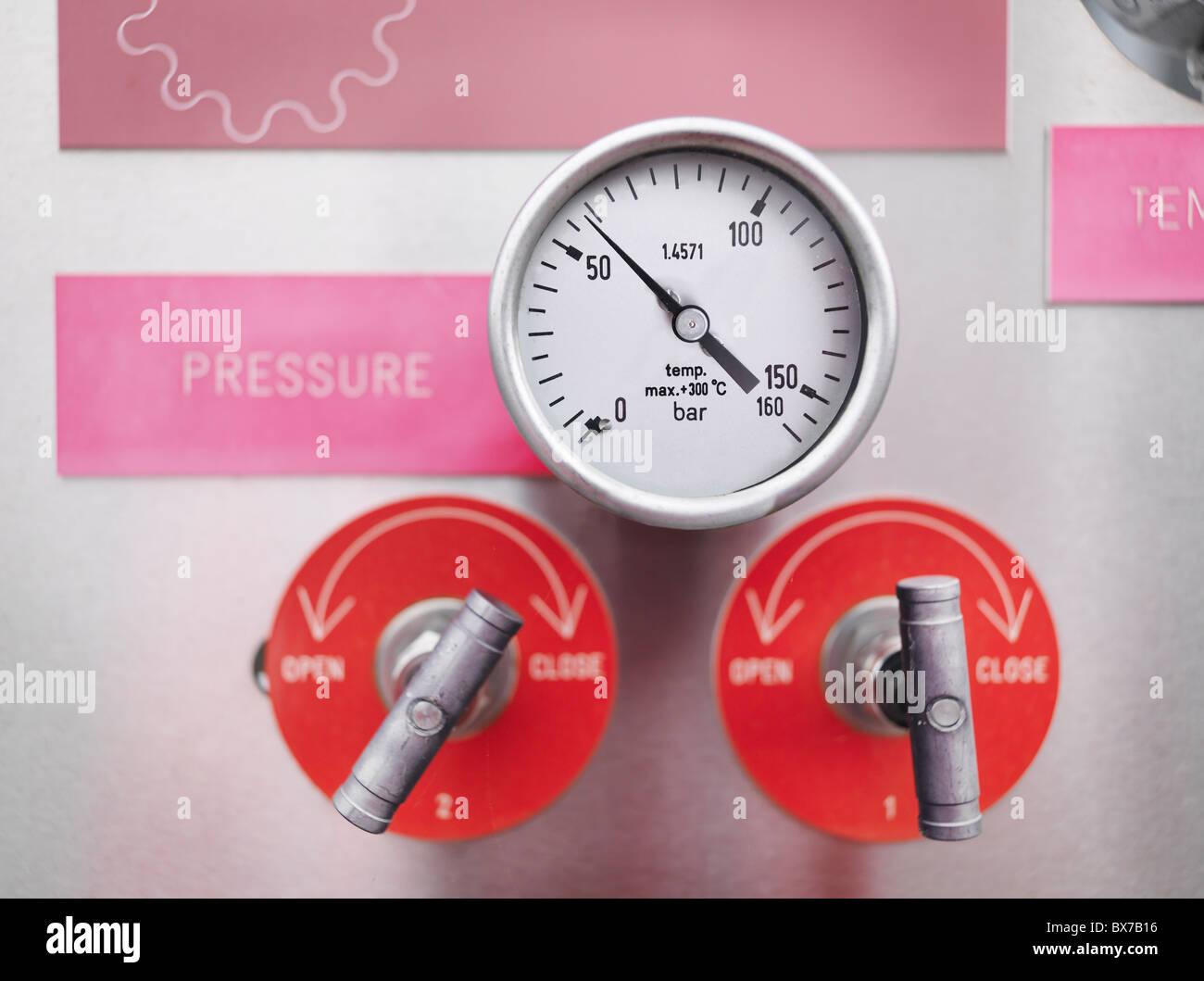 I manometri e valvole a gas impianto di stoccaggio Immagini Stock
