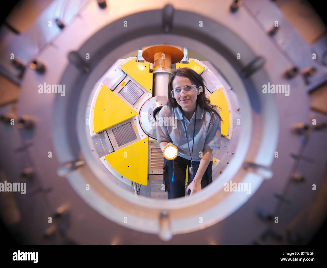 Scienziato ispeziona acceleratore di particelle Immagini Stock
