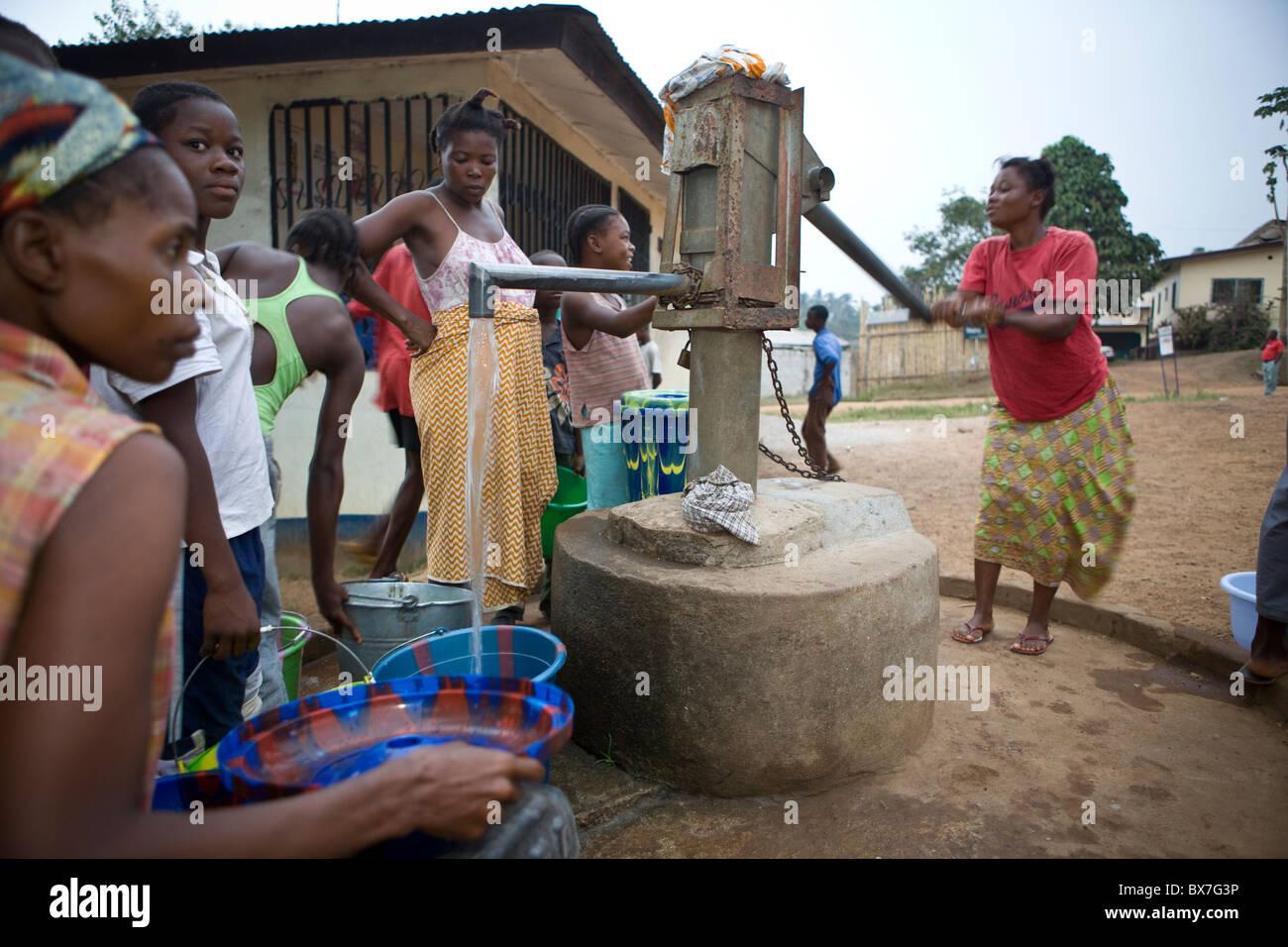 Gli abitanti di un villaggio di pompare acqua da un quartiere ben in Kakata, Libera, Africa occidentale. Immagini Stock