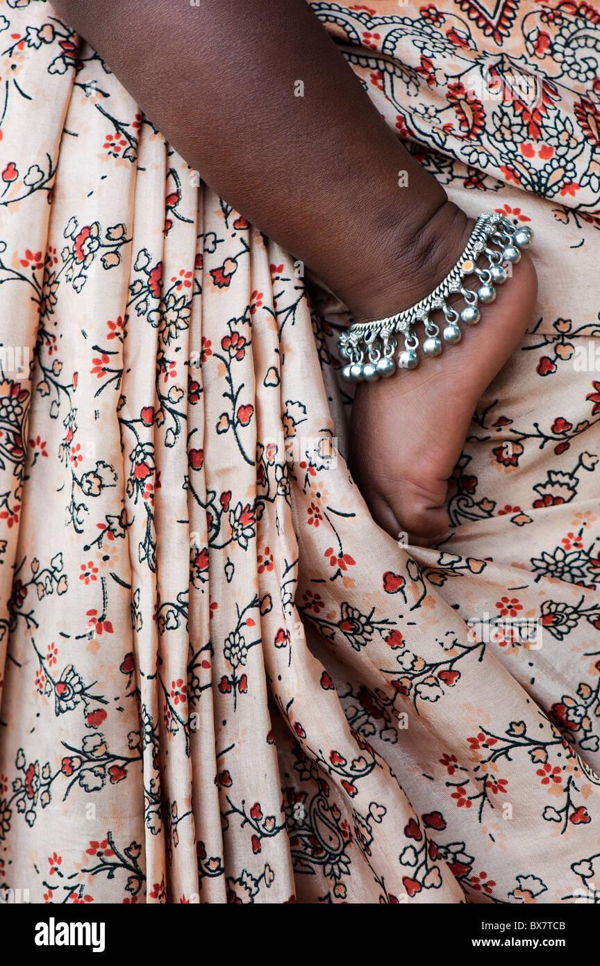 Bambini indiani piedi contro le madri modellato sari. Andhra Pradesh, India Immagini Stock