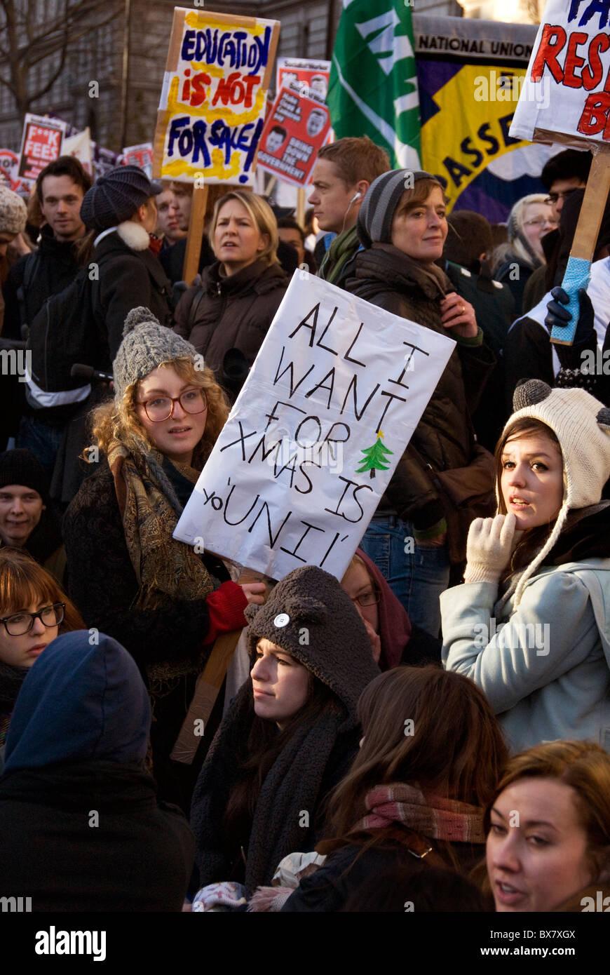 Studente manifestanti prendere su piazza del Parlamento protesta governo tagli istruzione Londra 9.12.10 Immagini Stock