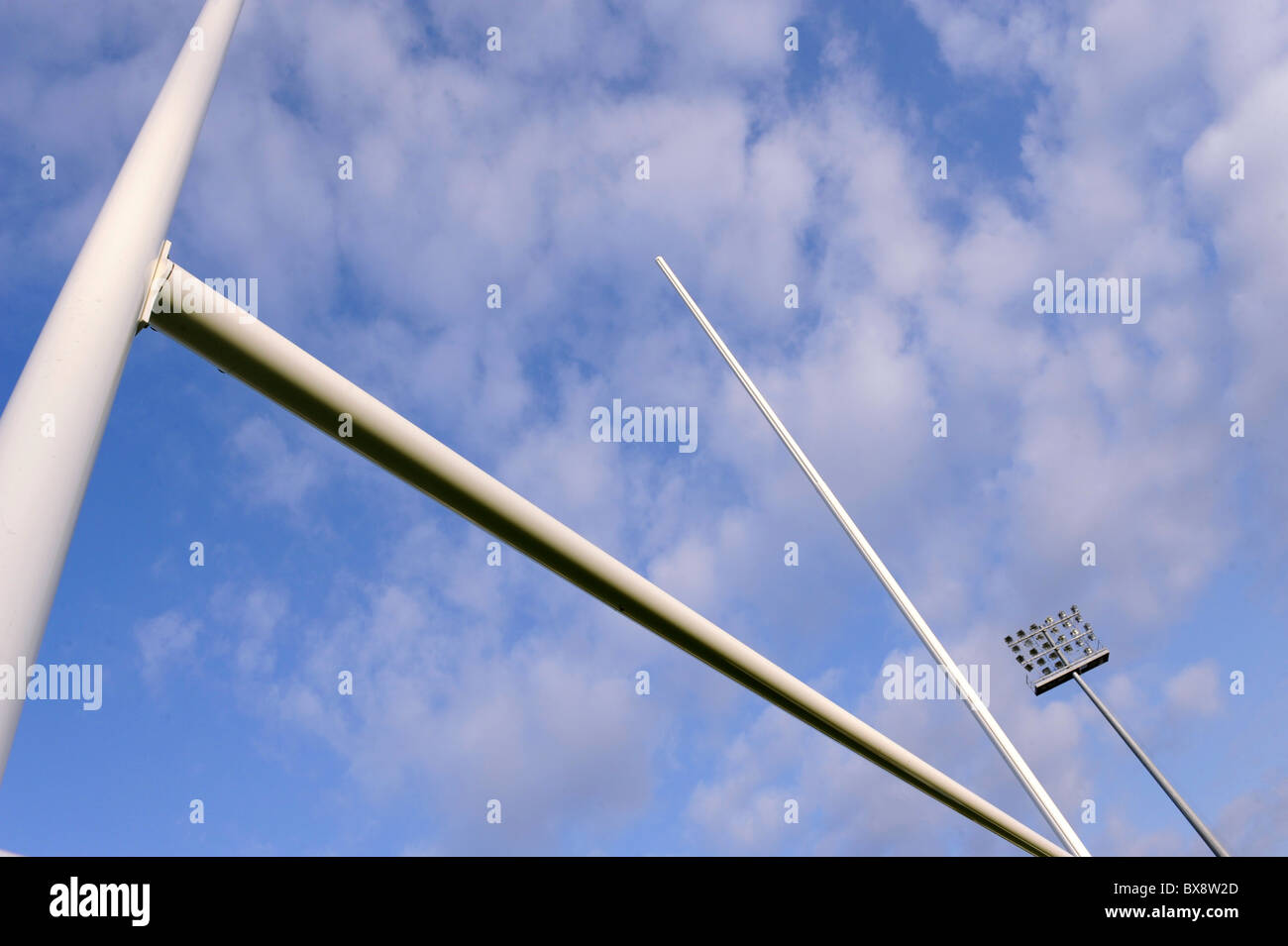 Rugby goalpost sul cielo blu Immagini Stock
