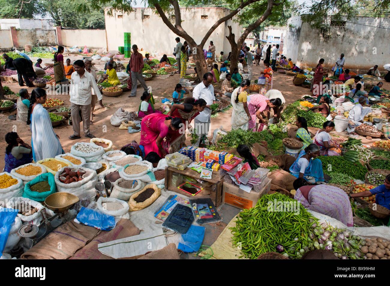 Indian strada del mercato per la vendita di frutta e verdura e prodotti essiccati. Andhra Pradesh, India Immagini Stock