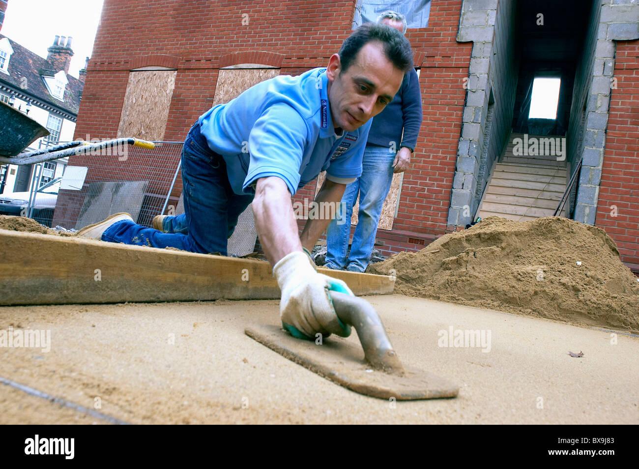La posa di sabbia per la fondazione di un vialetto England Regno Unito. Immagini Stock
