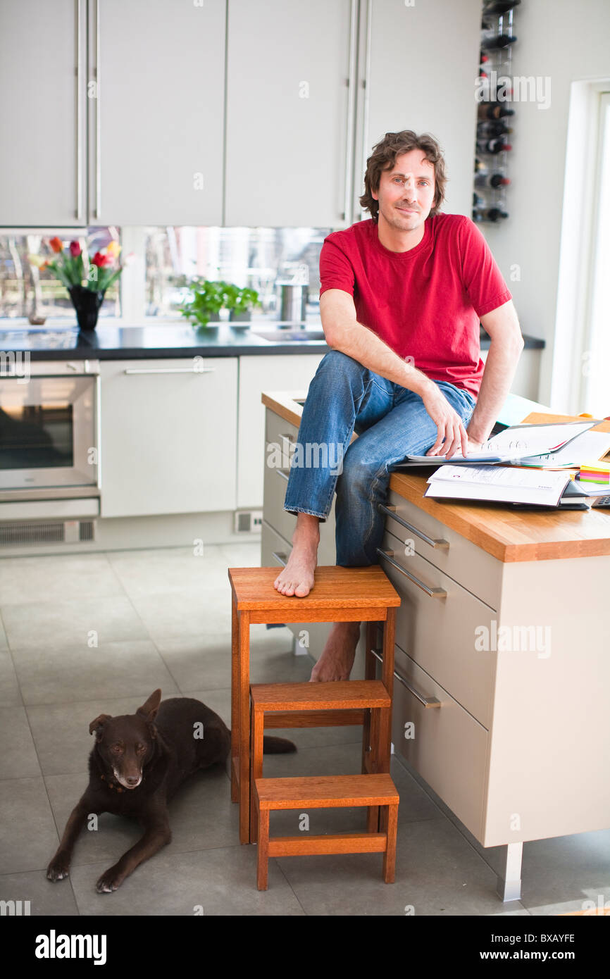 Metà uomo adulto con il cane, che lavorano da casa Immagini Stock
