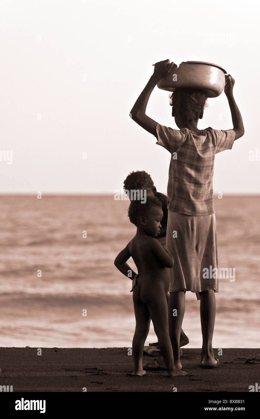 Haiti, provincia Sud-Est, locale Donna con cesto. Immagini Stock