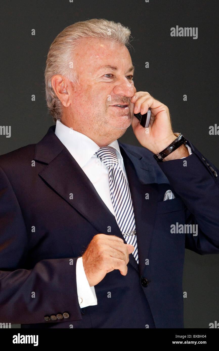 Willi Weber, manager e consulente di Formula One racing driver Michael Schumacher, al 63. Internationale Automobilausstellung Immagini Stock