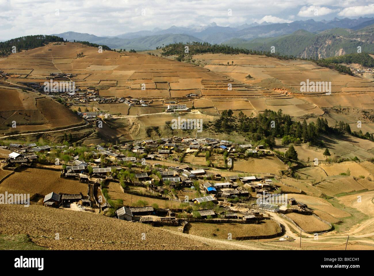 Yi village e terreni coltivati, Shangri-la, Yunnan, Cina Immagini Stock
