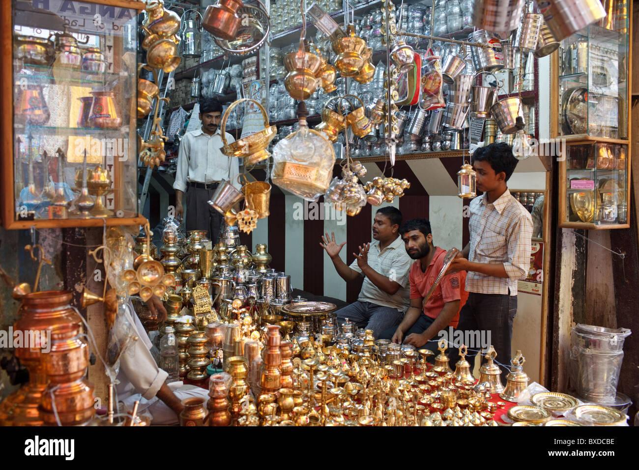 Copperware e altri articoli per la casa sul display nel chowk in Haridwar, Uttarakhand, India. Immagini Stock